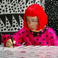 『草間彌生∞INFINITY』 Artist Yayoi Kusama drawing in KUSAMA - INFINITY. (C) Tokyo Lee Productions, Inc. Courtesy of Magnolia Pictures.